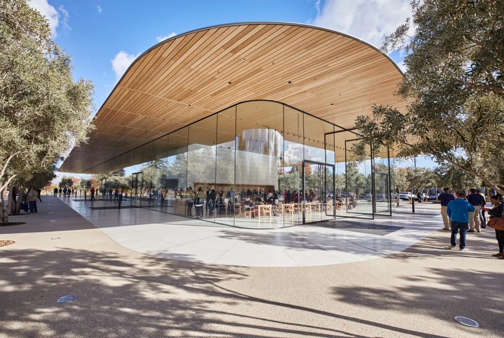 ApplePark_VisitorCenter_opening-entrance_20171117